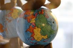Globusmenneske Steingods H16 cm 490 kr